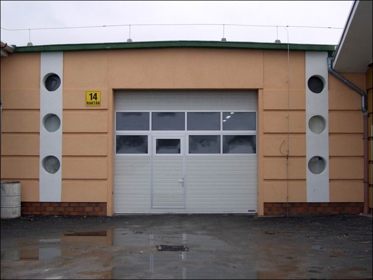 Két sor panoráma ablak és beépített átjáró ajtó. Több fény az épületben és gyors gyalogos forgalom