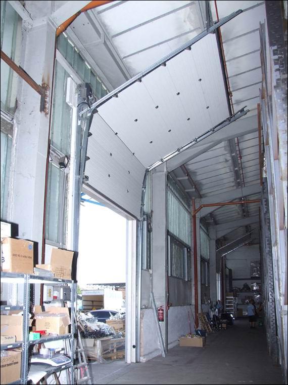 Szekcionált ipari kapu emelt, tetőkövető sínvezetéssel