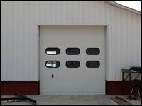 Szekcionált kapu két sor ablakkal