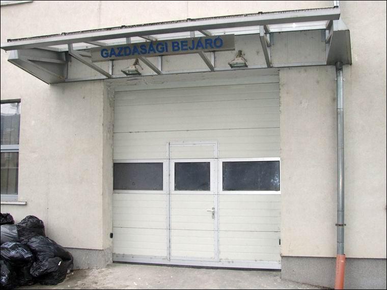 A panoráma ablakos szekcionált ipari kapuk beépített ajtóval is rendelhetők