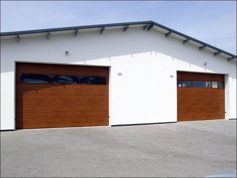 2db szekcionált, hőszigetelt DITEC ipari kapu fadekor kivitelben az NRG Agent Kft-nél