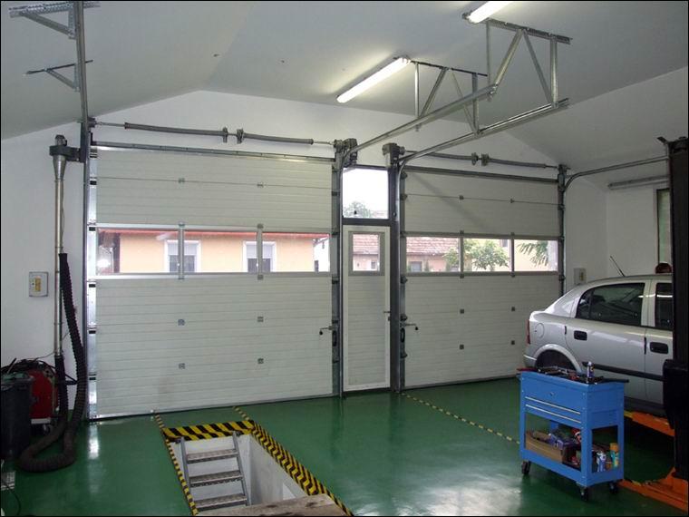 A két szekcionált, hőszigetelt ECOTOR ipari kapu belülről a Hoffer Kft autószervizében