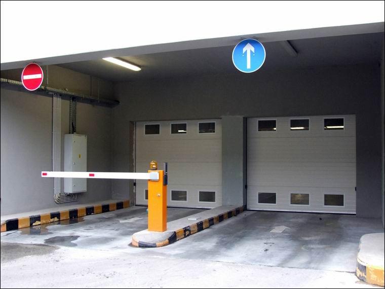 Hőszigetelt ipari kapu referencia szellőző rácsokkal a teremgarázs bejáratán - RTL Klub