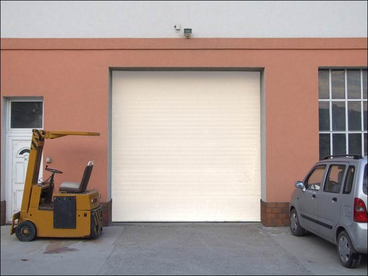 Szekcionált ECOTOR kapu zárt helyzetben, kívülről