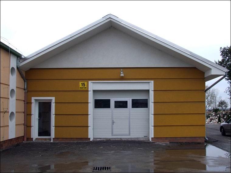 ECOTOR panoráma ablakos, hőszigetelt, szekcionált kapu, beépített átjáró ajtóval az Airport ipari parkban