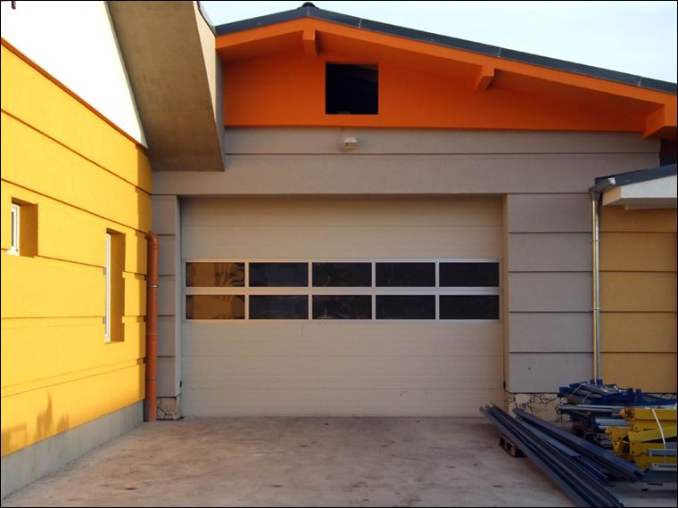 ECOTOR szekcionált kapu két sor FULL VISION panoráma ablakkal, DITEC DOD-14 ipari kapunyitó automatikával