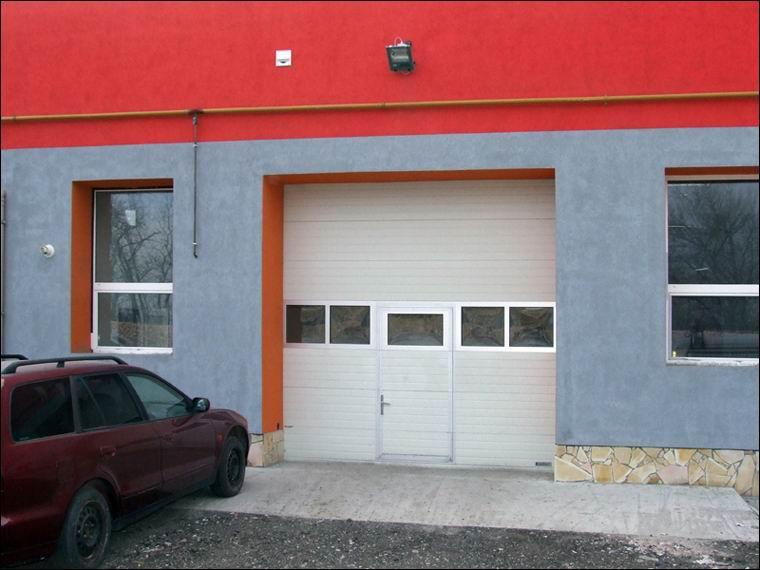 Gyakori gyalogos használat esetén praktikus megoldás a kapuba épített átjáró ajtó