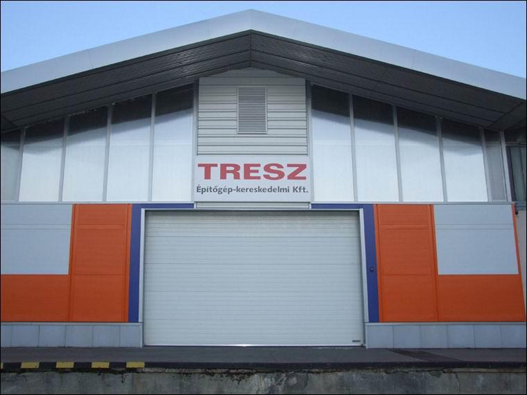 Szekcionált ipari kapu referencia a TRESZ Kft raktárának bejáratán