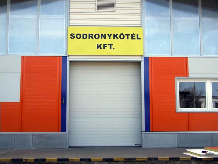 Hőszigetelt ipari kapu referencia a Sodronykötél Kft-nél