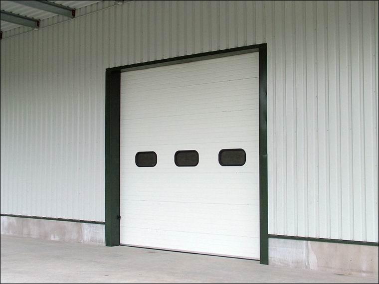 Szekcionált ECOTOR ipari kapuk hőszigetelt ablakokkal