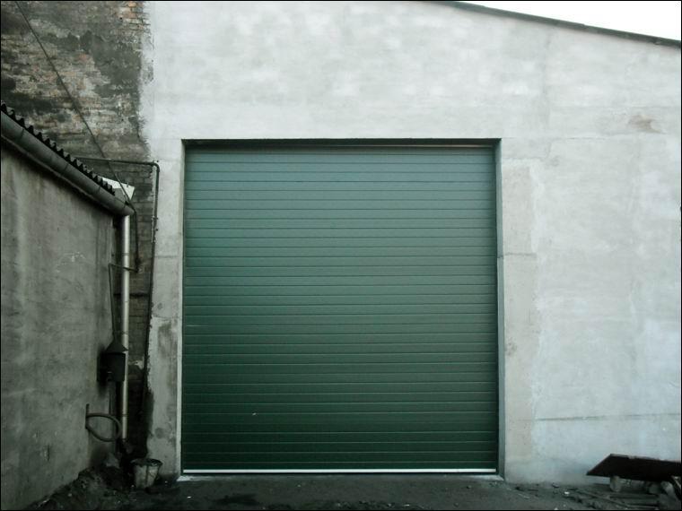 Egyedi zöld festésű DITEC ipari kapuk a Mohácsi Vasöntöde Kft-nél