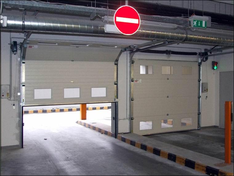 Szekcionált ipari kapu referencia DITEC kapunyitó motorokkal - RTL Klub